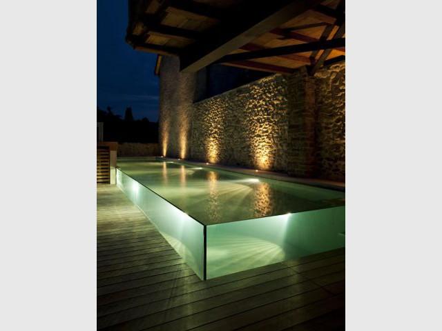 Piscine de nuit semi-enterrée à débordement - Trophées de la piscine 2014