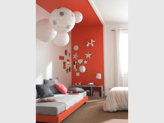 Des petits miroirs de toutes les formes pour illuminer un mur coloré - Composition murale