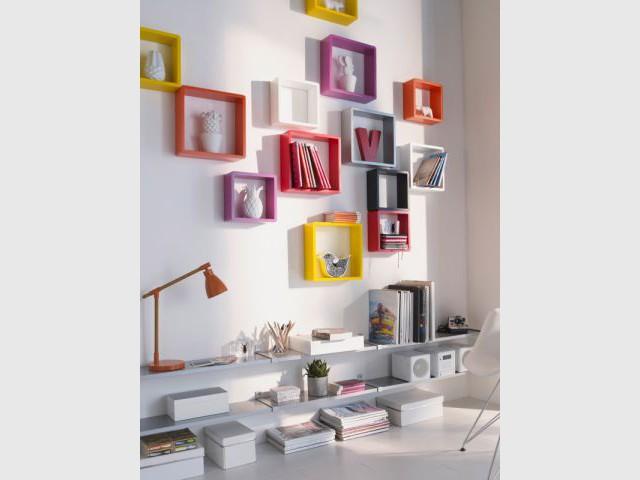 Des cubes colorés pour mettre en valeur vos objets préférés - Composition murale