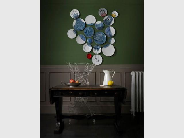 Une composition d'assiettes peintes disposées comme un tableau  - Composition murale