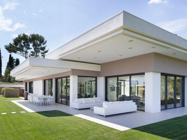 Maison d 39 architecte une villa moderne aux vues traversantes video for Maison architecte moderne photos