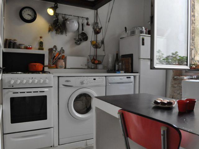 Une cuisine agréable à vivre et intime avec ses 1m95 de hauteur sous plafond - Rénovation appratement canut