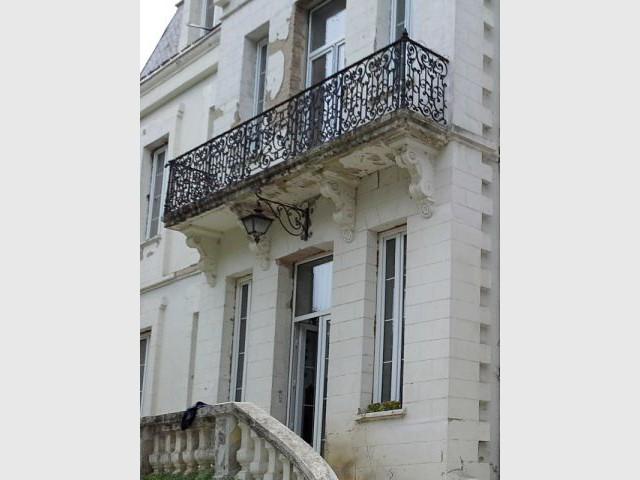 Le balcon, l'une des victimes du temps - Ravalement de façade d'un château du XIXème