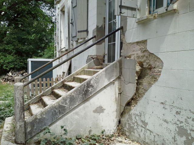 Deux escaliers en très mauvais état - Ravalement de façade d'un château du XIXème