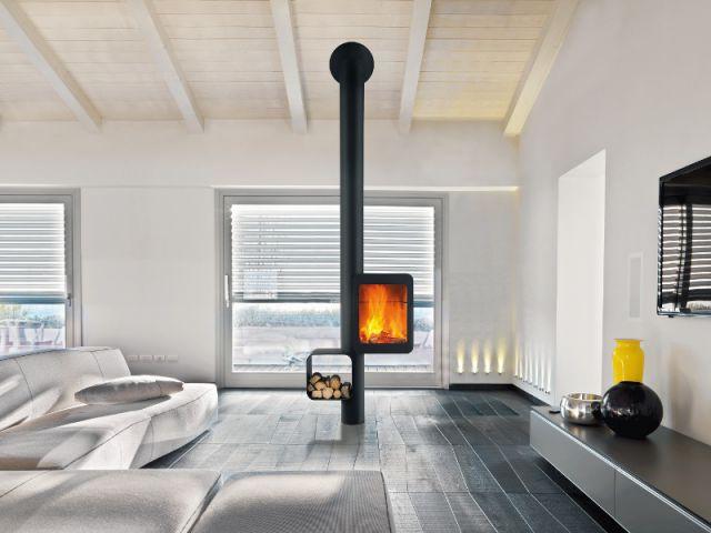 Un poêle à bois grande hauteur en position centrale dans la pièce à vivre - Dix chauffages design pour un intérieur classe