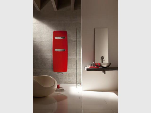 Un sèche-serviette coloré en contraste avec le décor environnement - Dix chauffages design pour un intérieur classe