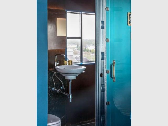 Détail de la salle de bains de la suite Secret - Un hôtel dans une grue de chantier