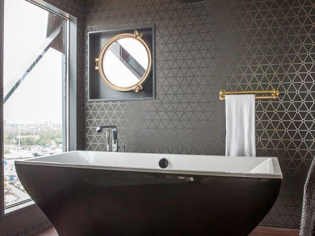 La baignoire de la suite Mystique - Un hôtel dans une grue de chantier