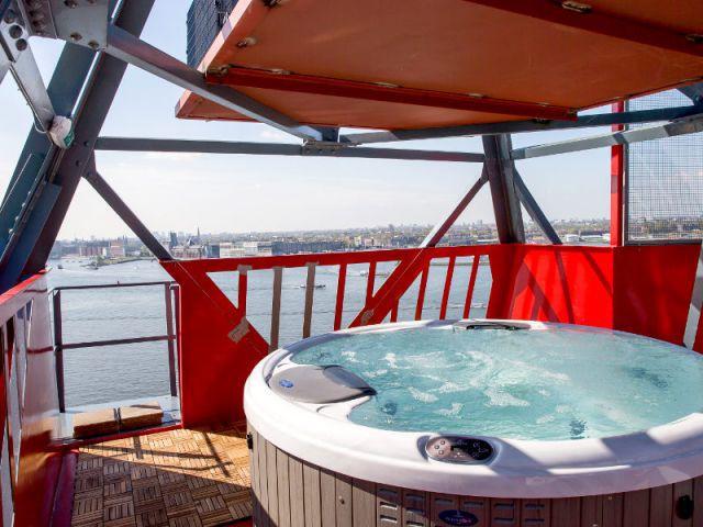 Un spa à ciel ouvert sur le toit de la grue - Un hôtel dans une grue de chantier