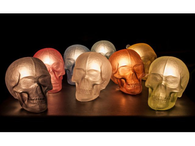 Des luminaires en forme de tête de mort -  Thomas Segaud, souffleur de verre à l'esprit rock