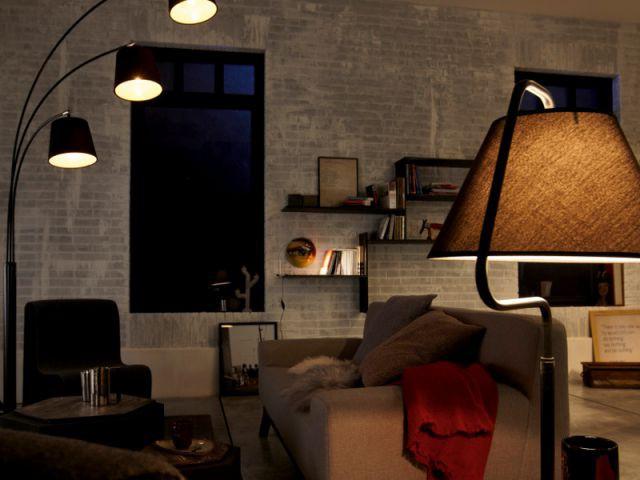 Une multitude de sources lumineuses pour une atmosphère cosy - Salon la nuit