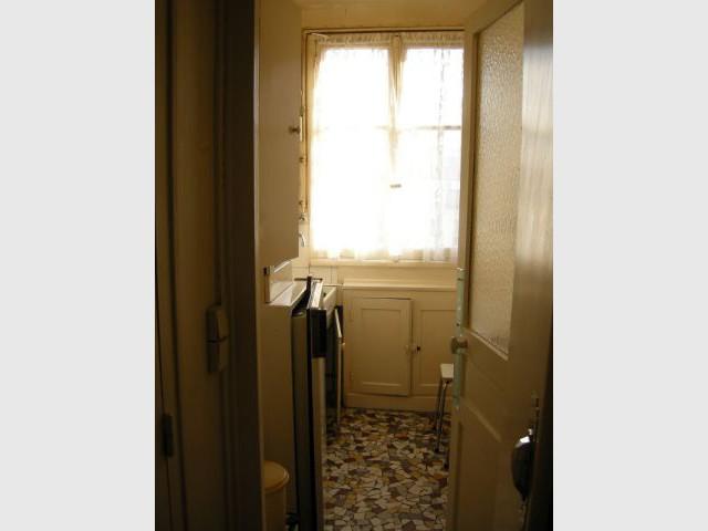 Une cuisine agrandie grâce à l'utilisation d'un espace vacant - Une salle de bains dynamise un appartement mal agencé