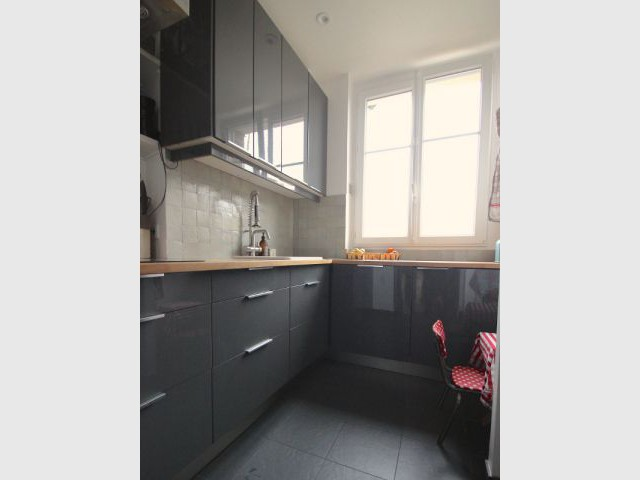 Après : une cuisine agrandie et plus fonctionnelle - Une salle de bains dynamise un appartement mal agencé