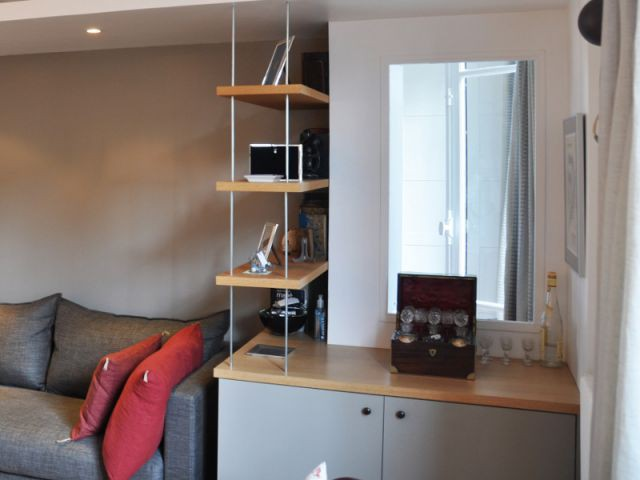 Une fenêtre entre le salon et la chambre - Une salle de bains dynamise un appartement mal agencé