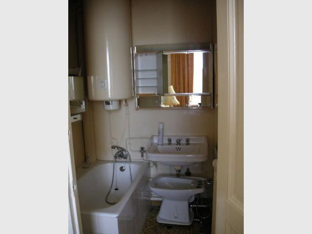 Une salle de bains exiguë décloisonnée - Une salle de bains dynamise un appartement mal agencé
