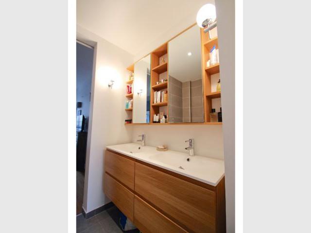 Une salle de bains spacieuse  - Une salle de bains dynamise un appartement mal agencé
