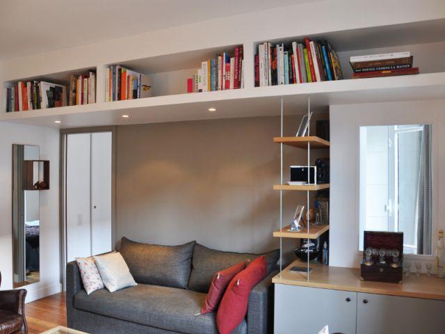 Une bibliothèque au ras du plafond du salon - Une salle de bains dynamise un appartement mal agencé
