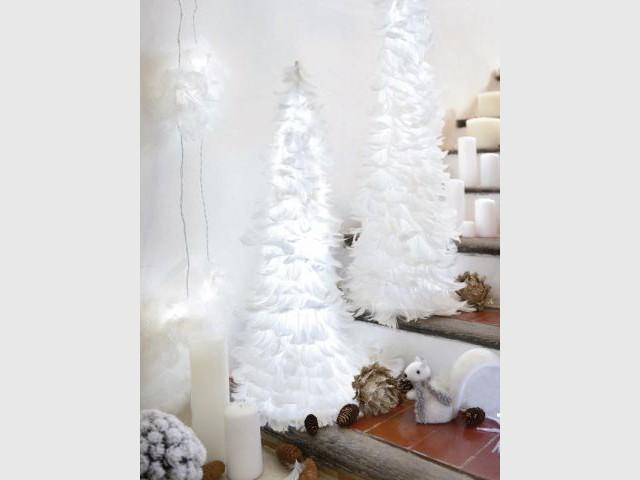 Un sapin lumineux en plumes pour un Noël tout doux - Sapin de Noël
