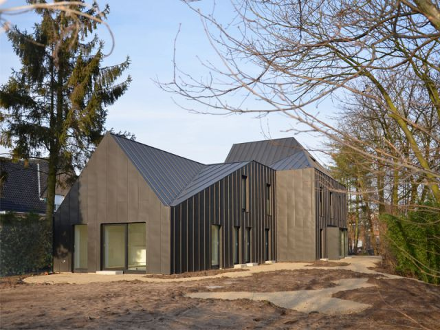Une maison tournée vers l'extérieur - Maison noire en Belgique