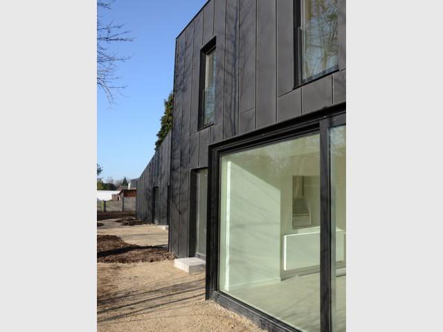 Une façade agrémentée de nombreuses ouvertures - Maison noire en Belgique