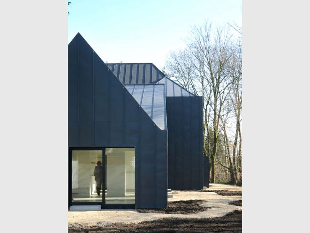 Façade et toiture entièrement recouvertes de zinc - Maison noire en Belgique