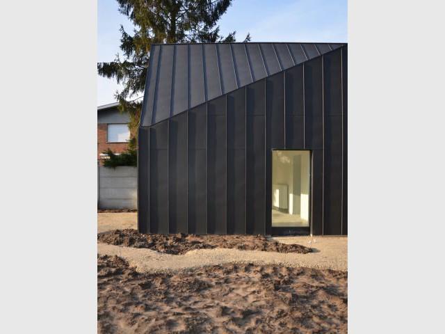 Une façade rythmée de longues lignes verticales - Maison noire en Belgique