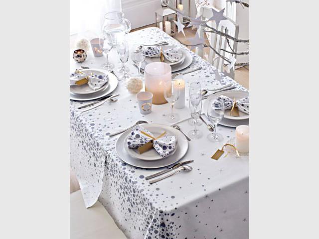Utiliser des marque-place comme ronds de serviettes pour une décoration de table de fêtes double-fonctions - Dix détails pour une déco de tables originales