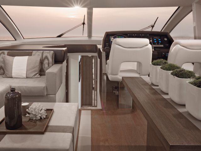 Un salon gris et blanc au comble de l'élégance - Yacht Pearl 65