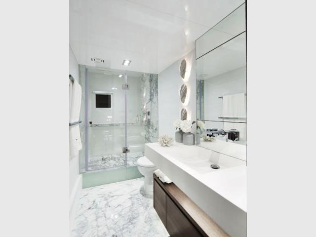 Une salle de bains mêle marbre, miroirs et éclairages - Yacht Pearl 65