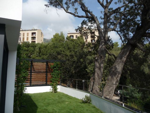 Un jardin en ville - Demeures corses - maison dans les arbres