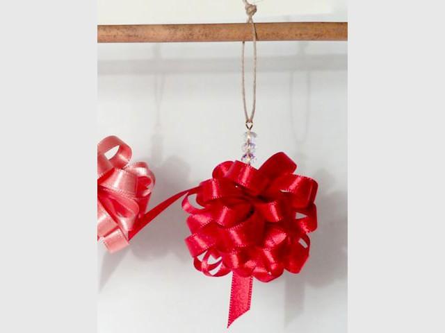 Une boule de Noël à partir d'un ruban de satin - Déco de Noël à faire soi-même