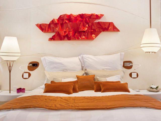 Une tête de lit qui cache des haut-parleurs vibrants - Une chambre d'hôtel accessible