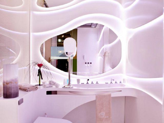 Une salle de bains qui joue avec la lumière - Une chambre d'hôtel accessible