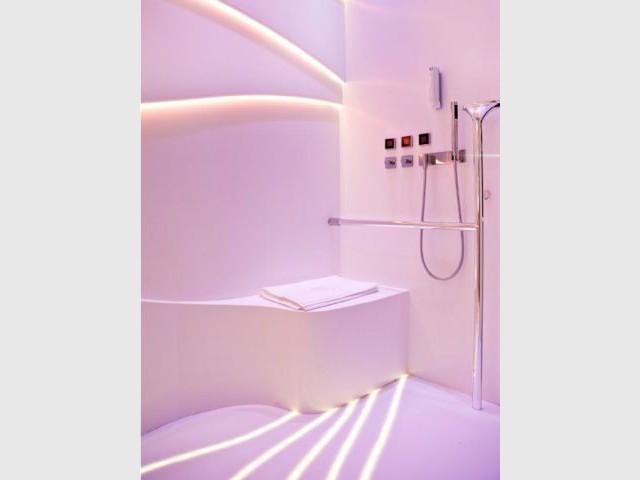 Des sillons qui guident à la salle de bains - Une chambre d'hôtel accessible