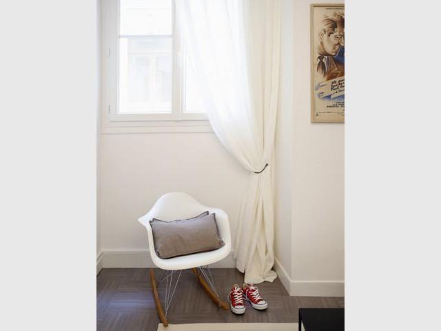 Une chaise à bascule vintage qui se fond à l'existant  - Deux-pièces sombre en location touristique colorée et vintage