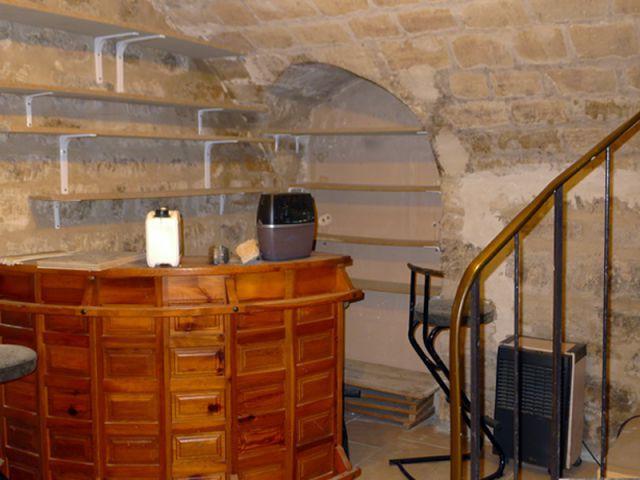 Avant : Un sous-sol aveugle avec pierres apparentes laissé à l'abandon - Deux-pièces sombre en location touristique colorée et vintage
