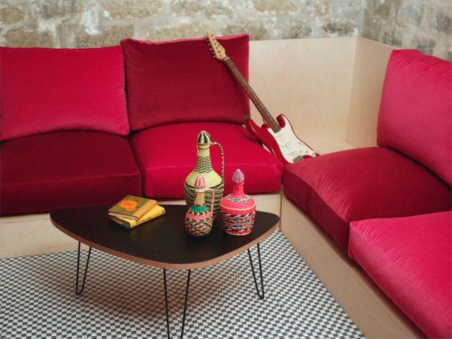 Un sous-sol transformé en un salon de musique confortable - Deux-pièces sombre en location touristique colorée et vintage