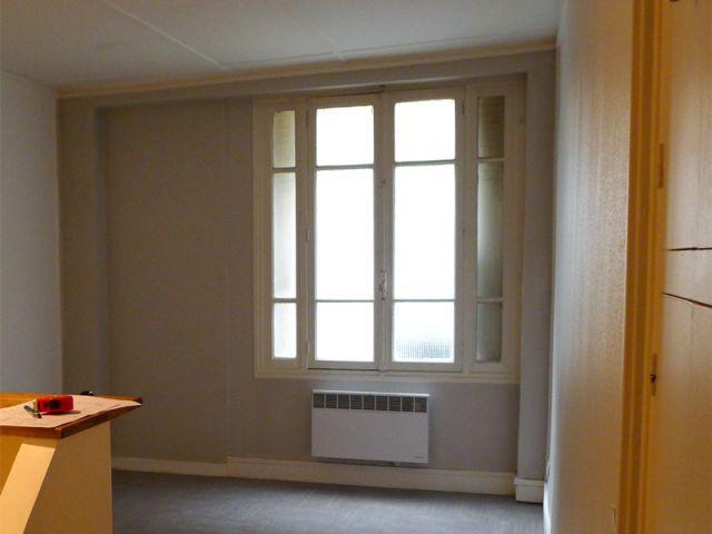 Avant : Un appartement en rez-de-chaussée qui manque de lumière - Deux-pièces sombre en location touristique colorée et vintage