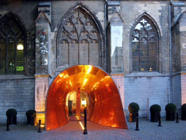 Un tunnel de cuivre pour pénétrer au coeur de la cathédrale - Hôtel Kruisheren, Maastricht