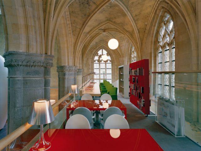 Une bibliothèque sous les voûtes - Hôtel Kruisheren, Maastricht