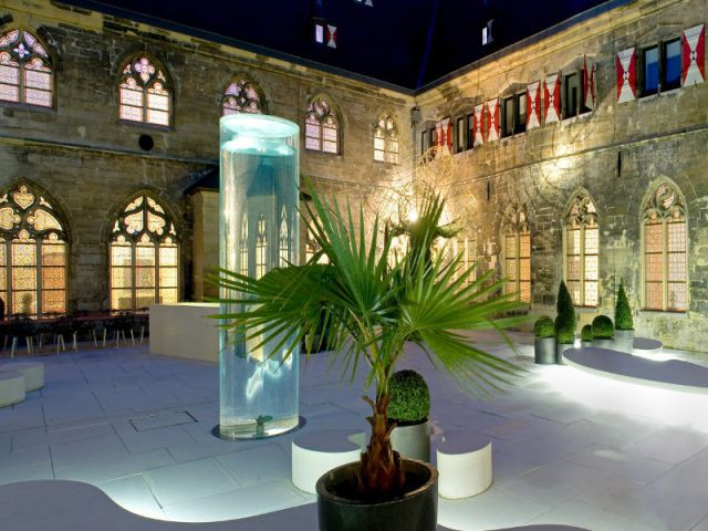 De l'art contemporain dans une cour de monastère gothique - Hôtel Kruisheren, Maastricht
