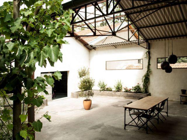 Un grand patio semi-couvert, source de lumière naturelle pour tout le loft - Reconversion d'une ancienne papeterie en loft contemporain