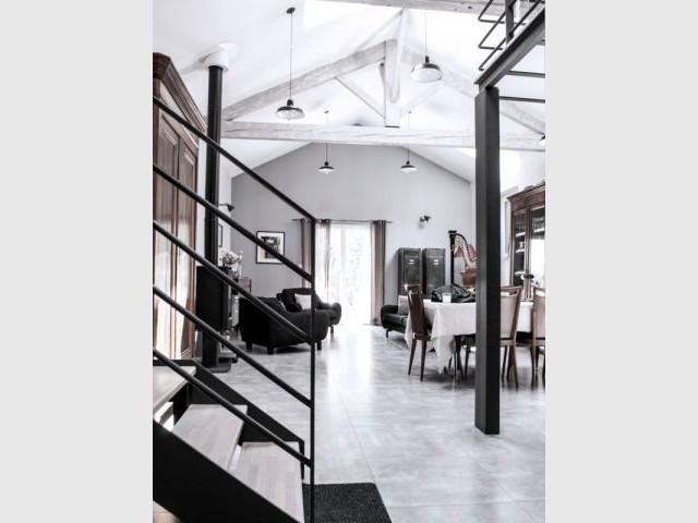 Une charpente d'origine pour une importante hauteur sous plafond - Reconversion d'une ancienne papeterie en loft contemporain