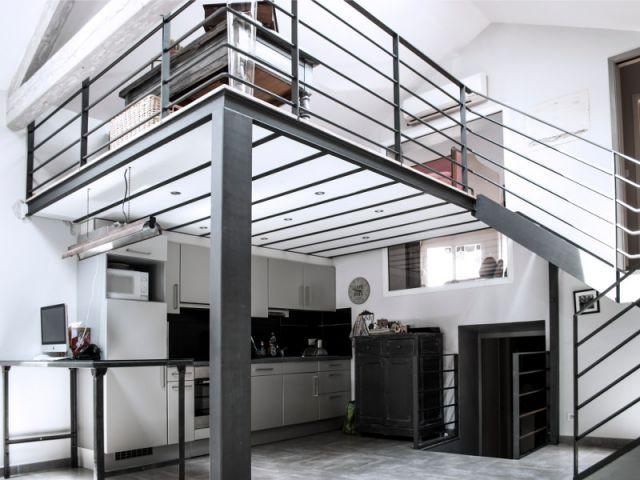 Une mezzanine dont l'installation résulte directement de l'implantation de la cuisine - Reconversion d'une ancienne papeterie en loft contemporain