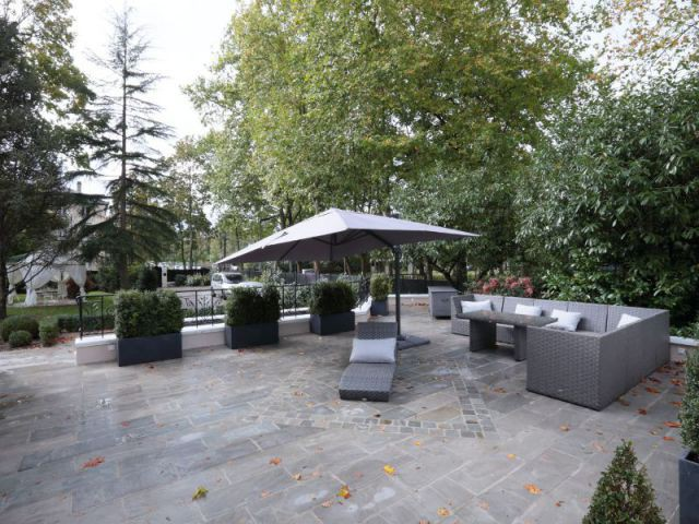 Une terrasse lounge comme espace de réception ombragé - Une demeure du 19ème siècle retrouve sa fraicheur et son authenticité