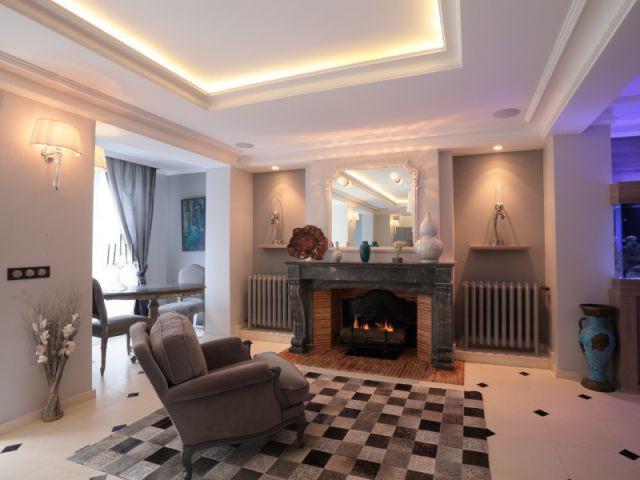 Une maison familiale du 19ème siècle allie style Louis XV et décoration contemporaine