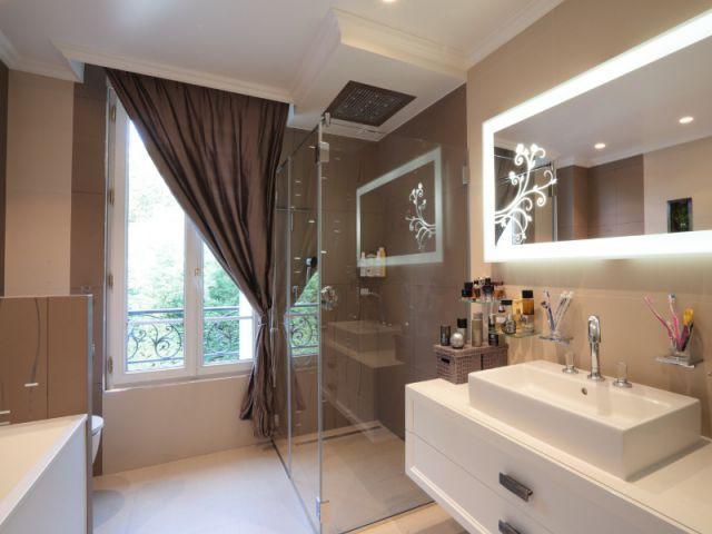 Une salle de bains tout confort - Une maison familiale du 19ème siècle allie style Louis XV et décoration contemporaine