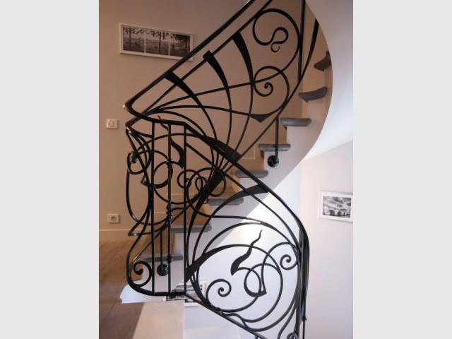 Un escalier entièrement rénové et ornementé par un artisan ferronnier  - Une maison familiale du 19ème siècle allie style Louis XV et décoration contemporaine
