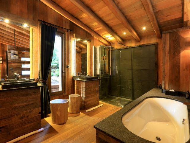 Du bois dans la salle de bains 10 d co r ussies - Plafond bois salle de bain ...
