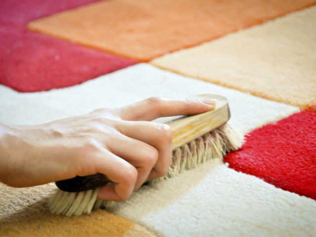 Effectuer un nettoyage à sec pour les tâches incrustées - Nettoyer sa moquette et son tapis
